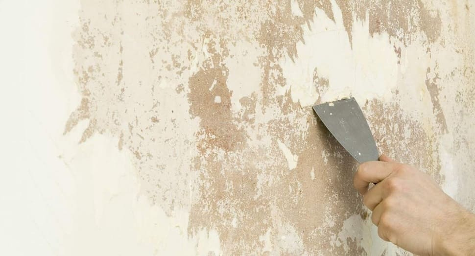 Очистка от старого покрытия при поклейке обоев